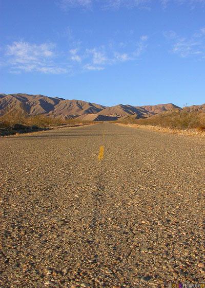 grober-rough-Asphalt-Road-Strasse-Death-Valley-Deathvalley-Desert-Wueste-California-Kalifornia-USA-DSCN5655.jpg