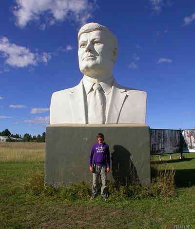 President-John-F-Kennedy-Statue-Head-Rocker-City-South-Dakota-USA-DSCN7145.jpg