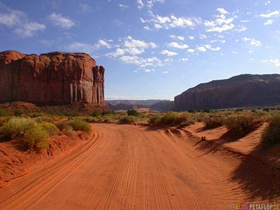 sandy-road-Strasse-roter-Sand-red-rocks-rote-Felsen-Monument-Valley-Arizona-USA-DSCN6503.jpg