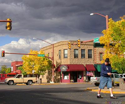 Sheridan-Ave-12th-St-Street-Corner-Fall-Autumn-Strassenecke-Herbst-Cody-Wyoming-USA-00249.jpg