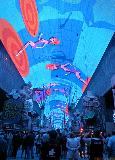 Sky-Parade-giant-gigantic-riesiger-LED-TV-Screen-biggest-in-the-world-groester-Bildschirm-TV-Wand-Decke-Ceiling-Fremont-Street-Las-Vegas-Nevada-USA-DSCN6085.jpg