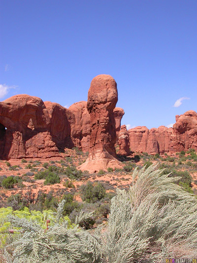 Steinsaeulen-rock-columns-red-rot-rote-Steinpenis-phallus-roter-Fels-Arches-National-Park-Utah-USA-DSCN6653.jpg