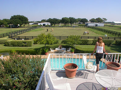 Balcony-Terrace-Terrasse-Balkon-Swimming-Pool-Southfork-Ranch-Dallas-TV-series-Serie-Dallas-Texas-TX-USA-DSCN7584.jpg