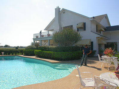 Balcony-Terrace-Terrasse-Balkon-Swimming-Pool-Southfork-Ranch-Dallas-TV-series-Serie-Dallas-Texas-TX-USA-DSCN7598.jpg