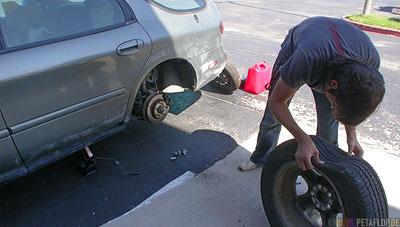 car-jack-tire-change-Reifenwechsel-Wagenheber-Ford-Taurus-SEL-flat-tire-platter-Reifen-Oklahoma-City-OK-USA-DSCN7355.jpg