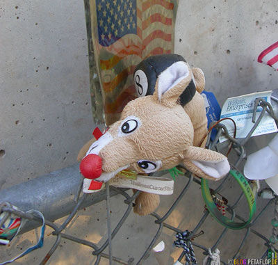 commemorative-objects-cuddly-toy-Stofftiere-Opfer-Bombenanschlag-Mahnmal-Denkmal-National-Memorial-Alfred-P-Murrah-Federal-Building-Bombing-Victims-Oklahoma-City-OK-USA-DSCN7405.jpg