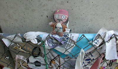 commemorative-objects-things-Memorabilia-cuddly-toys-Erinnerungsstueck-Anschlag-Mahnmal-National-Memorial-Alfred-P-Murrah-Federal-Building-Bombing-Oklahoma-City-OK-USA-DSCN7409.jpg