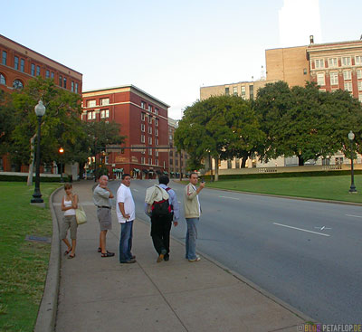 John-F-Kennedy-JFK-Museum-Assassination-Attentat-shot-Lagerhaus-X-Mark-street-Markierung-Strasse-Dealey-Plaza-Elm-Street-Dallas-Texas-TX-USA-DSCN7542.jpg