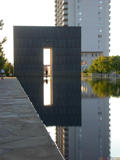 Time-9-03-Mahnmal-Denkmal-Opfer-Bombenanschlag-National-Memorial-Alfred-P-Murrah-Federal-Building-Bombing-Victims-Oklahoma-City-OK-USA-DSCN7421.jpg