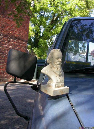 Brahms-bust-as-a-car-antenna-Bueste-Autoantenne-parking-lot-edgar-allan-poe-muesum-Richmond-Virginia-VA-USA-DSCN8285.jpg