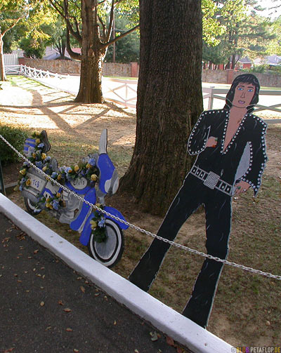 cardboard-figure-wood-Pappfigur-Holzfigur-Elvis-Presley-30th-anniversary-of-death-day-obit-30-30ster-Todestag-Graceland-Memphis-Tennessee-TN-USA-DSCN7864.jpg