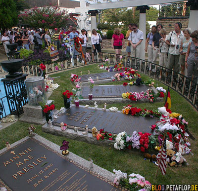 grave-site-burial-place-Grabstaette-Graeber-Elvis-Presley-30th-anniversary-of-death-day-obit-30ster-Todestag-Graceland-Memphis-Tennessee-USA-TN-DSCN7842.jpg
