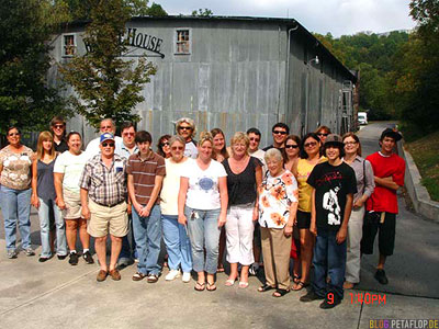 Group-Gruppe-Jack-Daniels-Whiskey-Distillery-Visitor-Center-Lynchburg-Tennessee-TN-USA-Dsc00988.jpg