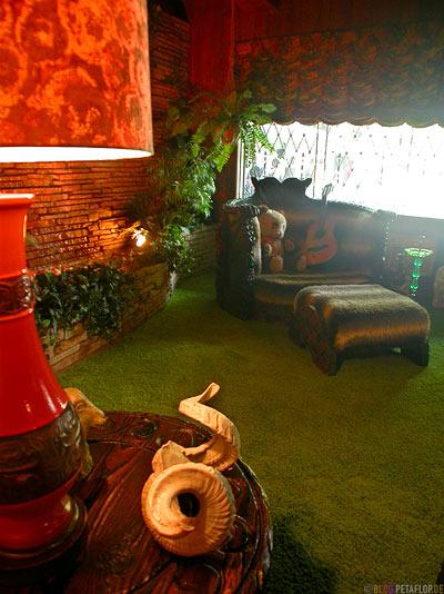 Livingroom-Wohnzimmer-Lounge-Teddy-Guitar-Gitarre-Elvis-Presley-Graceland-Memphis-Tennessee-TN-USA-DSCN7779.jpg