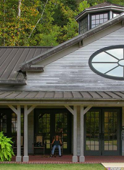 Main-Entrance-Haupteingang-Jack-Daniels-Whiskey-Distillery-Visitor-Center-Lynchburg-Tennessee-TN-USA-DSCN8044.jpg