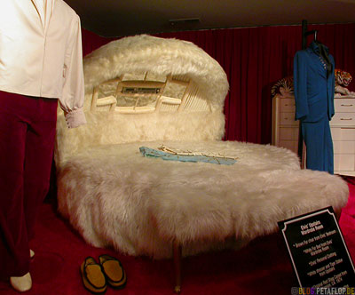 plush-bed-king-size-space-sixties-Plueschbett-Elvis-Presley-Graceland-Memphis-Tennessee-TN-USA-DSCN7780.jpg