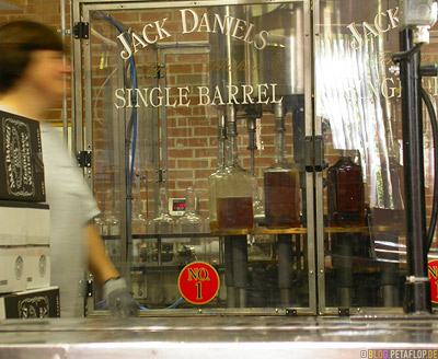 Single-Barrel-Abfuellung-Bottling-Jack-Daniels-Whiskey-Distillery-Visitor-Center-Lynchburg-Tennessee-TN-USA-DSCN8025.jpg