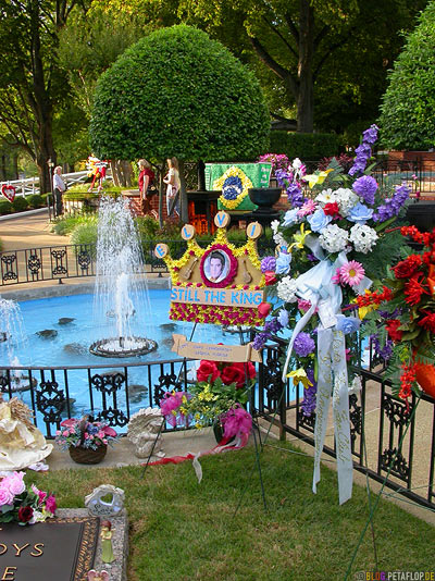 Springbrunnen-Fountain-gravesite-Grab-Elvis-Presley-30th-anniversary-of-death-day-obit-30ster-Todestag-Graceland-Memphis-Tennessee-TN-USA-DSCN7832.jpg