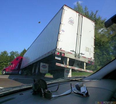 Truck-in-the-ditch-LKW-im-Graben-between-Memphis-and-Nashville-Tennessee-TN-USA-DSCN7977.jpg