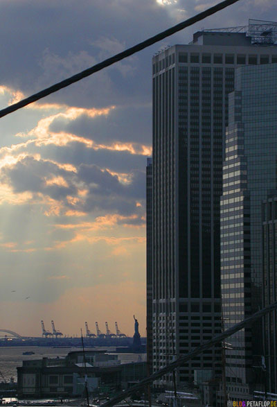 55-Water-Street-and-1-Financial-Square-Statue-of-Liberty-Freiheitsstatue-Manhattan-seen-from-Brooklyn-Bridge-New-York-DSCN8782.jpg