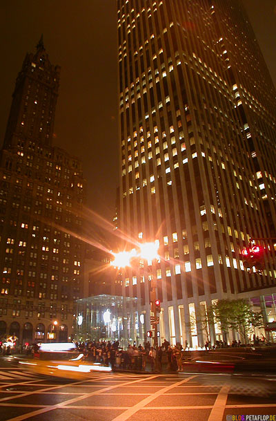 Apple-Store-entrance-glass-cube-at-night-Glaswuerfel-767-5th-Avenue-Manhattan-NYC-New-York-City-NY-USA-DSCN8675.jpg