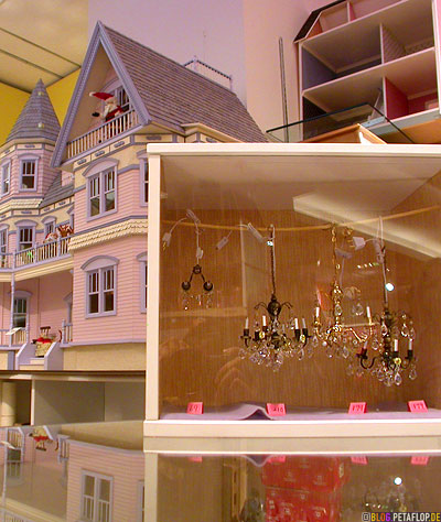 doll-house-chandeliers-Puppenhaus-Kronleuchter-FAO-Schwarz-Toys-Shop-Manhattan-NYC-New-York-City-USA-DSCN8686.jpg