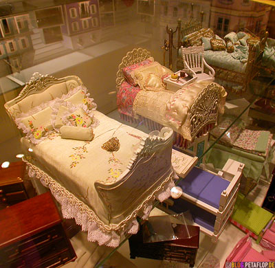 dollhouse-bed-Puppenhaus-Bett-F-A-O-Schwarz-Toys-Shop-Manhattan-NYC-New-York-City-USA-DSCN8684.jpg