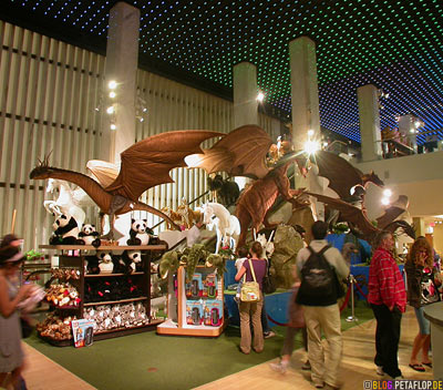Flying-dragons-Flugdrachen-giant-gigantic-life-size-Lifelike-Animals-FAO-Schwarz-Toys-Shop-Manhattan-NYC-New-York-City-USA-DSCN8688.jpg
