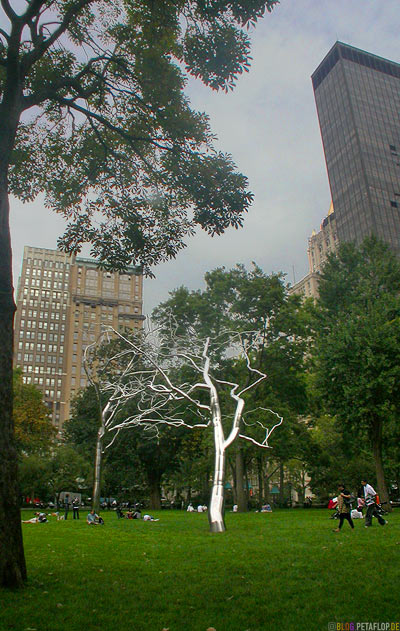 metal-chrome-trees-Chrom-Metall-Baeume-Baum-Conjoined-art-sculpture-by-Roxy-Paine-Madison-Square-Park-Downtown-Manhattan-NYC-New-York-City-USA-DSCN8543.jpg