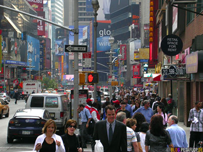 People-at-Times-Square-Downtown-Manhattan-NYC-New-York-City-USA-DSCN8526.jpg