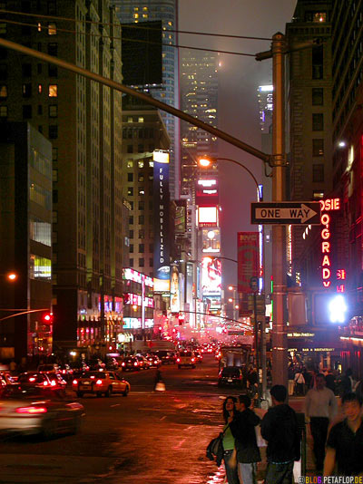 Times-Square-at-night-nachts-Manhattan-NYC-New-York-City-USA-DSCN8700.jpg