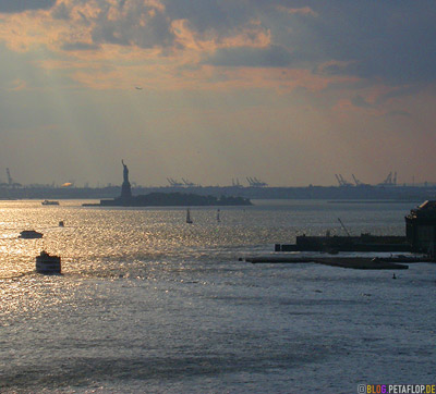 View-from-Brooklyn-Bridge-to-Upper-New-York-Bay-with-Ellis-Island-and-Statue-of-Liberty-Freiheitsstatue-NY-USA-DSCN8777.jpg