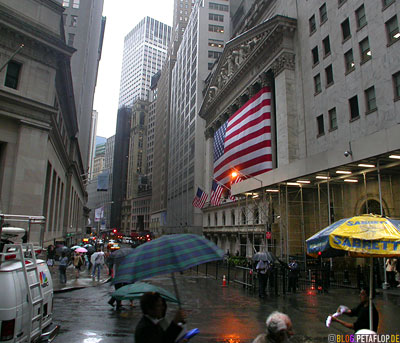 Wall-Street-Umbrellas-Rain-US-Flag-NYC-Manhattan-New-York-City-USA-DSCN8608.jpg