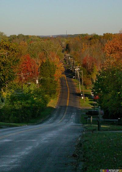 wet-road-highway-Indian-Summer-overhead-telephone-wire-oberirdische-Telefonleitungen-Connecticut-USA-DSCN8797.jpg