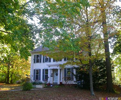 white-wooden-House-column-entrance-weisses-Holzhaus-Trees-Connecticut-USA-DSCN8790.jpg