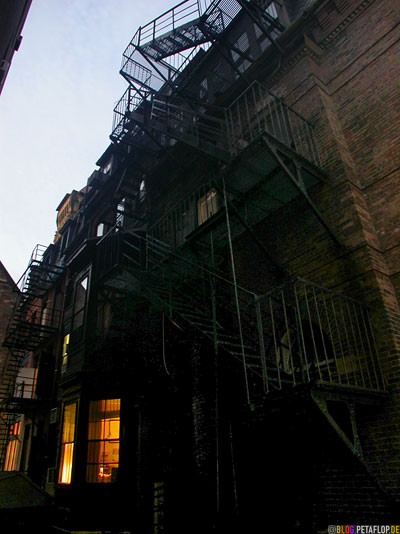 Fire-ladder-escape-stairs-Feuerleiter-side-street-Boston-Massachusetts-MA-USA-DSCN8922.jpg