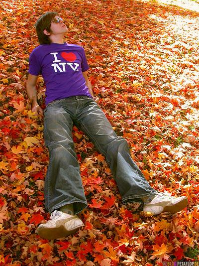 Lying-in-the-autumn-fall-leaves-Liegen-im-Herbstlaub-Canton-Cemetary-Canton-MA-Massachusetts-DSCN8854.jpg