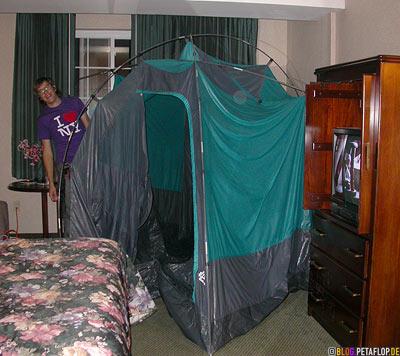 tent-drying-Zelt-trocknen-im-Motelzimmer-Burlington-Vermont-VT-USA-DSCN8931.jpg