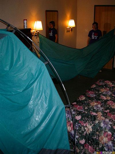 tent-drying-Zelt-trocknen-im-Motelzimmer-Burlington-Vermont-VT-USA-DSCN8934.jpg