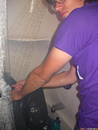 tent-washing-cleaning-from-dust-and-sand-of-burning-man-2007-motel-room-shower-Zimmer-Dusche-Zelt-abwaschen-reinigen-Staub-Burlington-VT-USA-DSCN8928.jpg