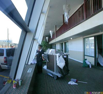 Charwoman-Cleaning-Woman-Putzfrau-Lobby-Econolodge-Motel-Montreal-Quebec-Canada-Kanada-DSCN8968.jpg