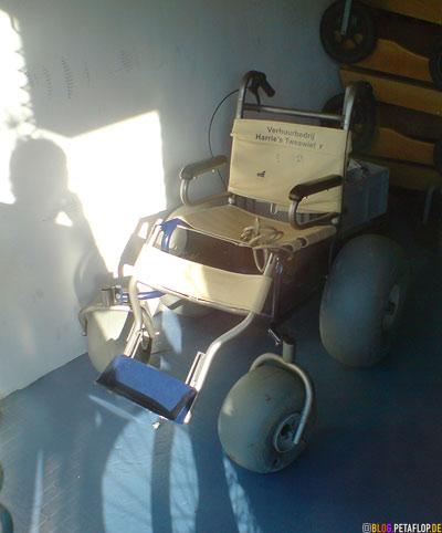 Sand-Strand-Rollstuhl-sand-beach-wheelchair-Kuestenort-Callantsoog-Noord-Holland-coast-Netherlands-Niederlande