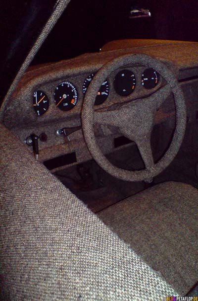 Tweed-covered-Porsche-911-Carrera-inside-dashboard-Innenraum-Armaturenbrett-steering-wheel-Lenkrad-Veronique-Branquinho-Modemuseum-Antwerp-Belgium-DSC00052.jpg
