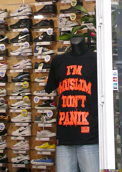 T-Shirt-Im-muslim-dont-panic-Shop-window-Schaufenster-sneaker-store-Brussels-Belgium-Bruessel-Belgien