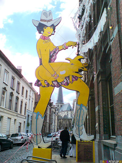 Yellow-Cowgirl-with-yellow-ass-butt-pig-larger-than-life-figure-gelbes-Schweinchen-Schweine-Hintern-Po-Arsch-Ghent-Belgium-Gent-Belgien-Art-Exhibition-Entrance