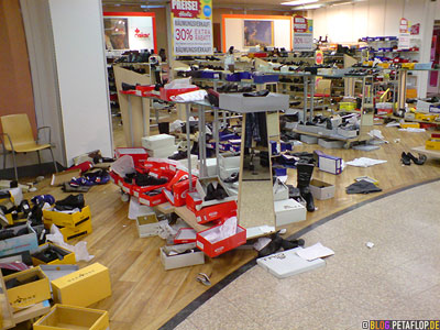 Kaufhaussterben-Hertie-Mettmann-Ausverkauf-2-Schuhabteilung-Chaos-DSC00008