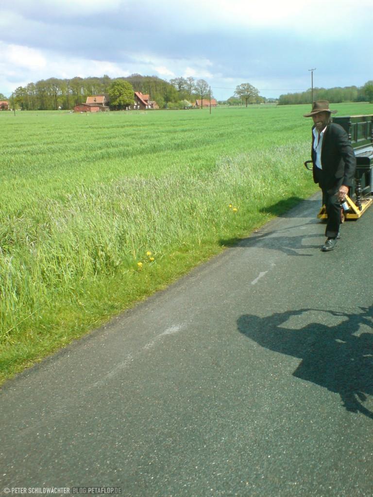 Mann zieht Piano, Mai-Fahrradtour Münsterland